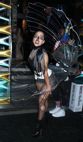 Lady Gaga diện tắt rách, mặc váy khung thép 11