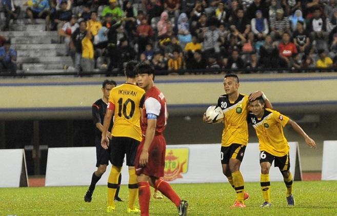 Màn trình diễn của U19 Việt Nam khiến khán giả Brunei thán phục 12