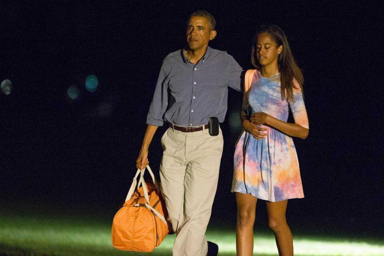 Tổng thống Obama gây sửng sốt vì vui vẻ trên đảo khi khủng hoảng vây quanh 7