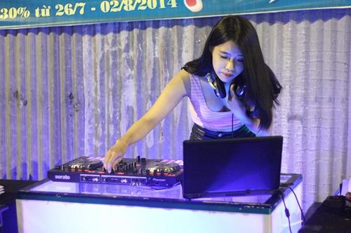Nữ DJ sexy ra vỉa hè chơi nhạc, bán trà chanh ở Sài Gòn 7