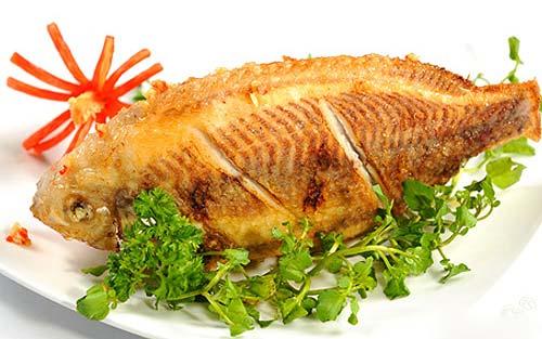 Mẹo hay để chiên rán cá vàng thơm không dính chảo 4