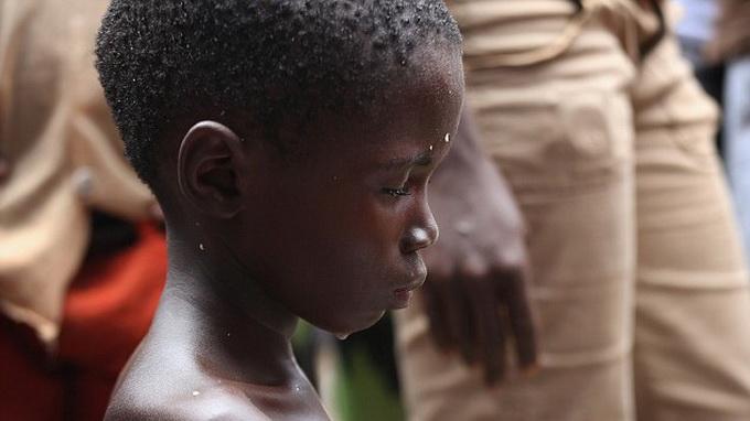 Bé trai 10 tuổi nhiễm Ebola bị lột quần áo, đẩy ra đường 7