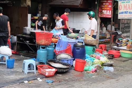 Kinh hoàng với độ bẩn của quán ăn ở phố cổ Hà Nội 6