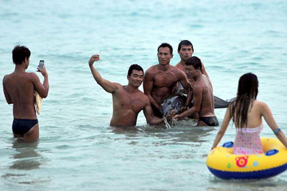 Trung Quốc: Cá heo chết sau khi bị du khách lôi lên bờ chụp ảnh 6