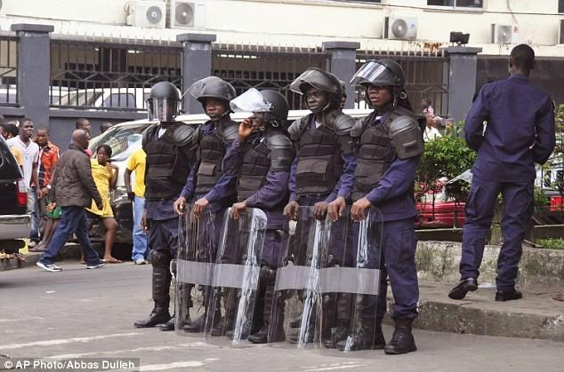 Cảnh tượng bạo loạn, nã súng kinh hoàng tại vùng dịch Ebola 7