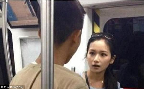 Cô gái xinh đẹp đạp vào mặt bạn trai liên tiếp giữa chốn đông người 5
