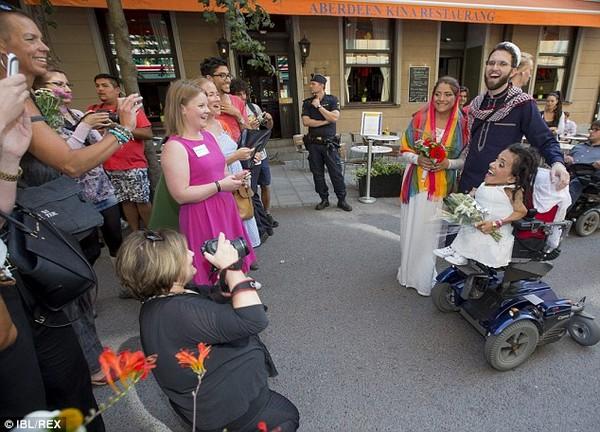 Đám cưới xúc động của cặp đôi đồng tính nữ mắc bệnh xương thuỷ tinh 7