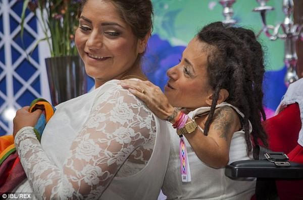 Đám cưới xúc động của cặp đôi đồng tính nữ mắc bệnh xương thuỷ tinh 4