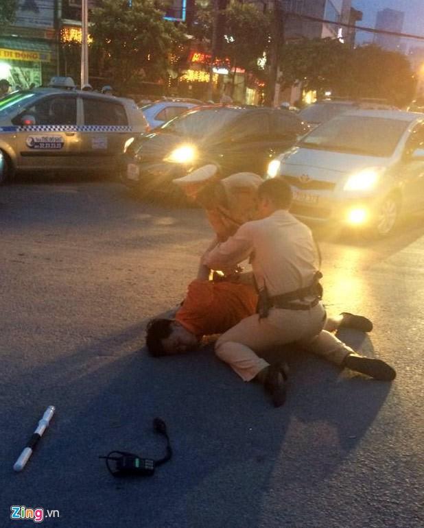 Nhổ nước bọt, vụt cảnh sát giao thông giữa ngã tư 7