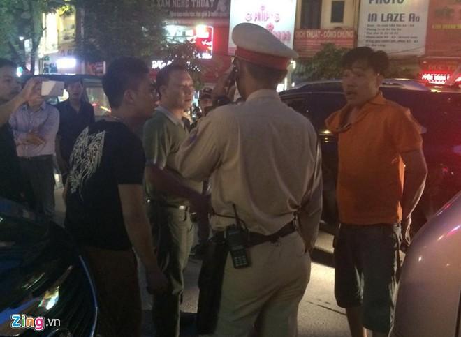 Nhổ nước bọt, vụt cảnh sát giao thông giữa ngã tư 9