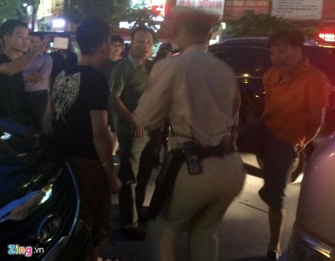 Nhổ nước bọt, vụt cảnh sát giao thông giữa ngã tư 10