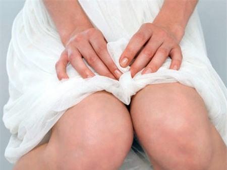 Phụ nữ dùng giấy vệ sinh đi tiểu là thói quen nguy hiểm 4
