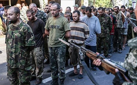 Ukraine: Phiến quân đưa tù binh diễu phố nhạo báng ngày Quốc khánh 5