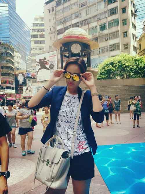 Mai Phương Thúy khoe ảnh  in trên bìa sách tại Hong Kong năm 18 tuổi 7