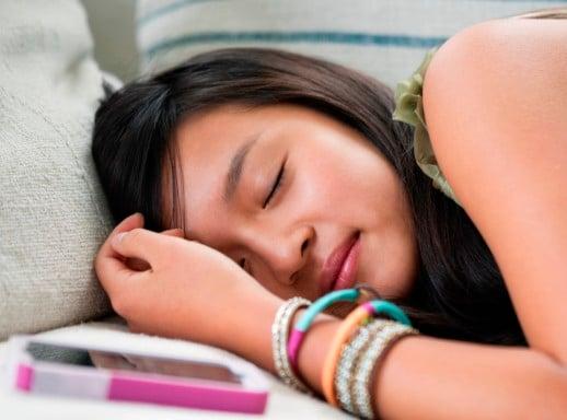 Tác hại cực nguy hiểm của việc để điện thoại trên giường ngủ 4