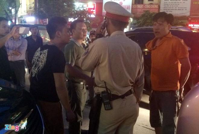 Tài xế đánh cảnh sát: