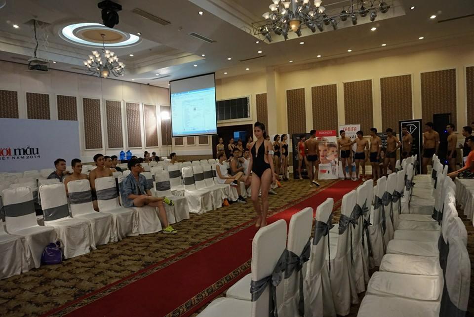 Vietnam's Next Top Model 2014: Bên trong phòng đo hình thể thí sinh 11