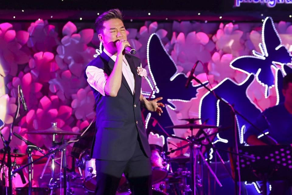 Hồ Ngọc Hà gợi cảm đội mưa đi hát từ thiện 8