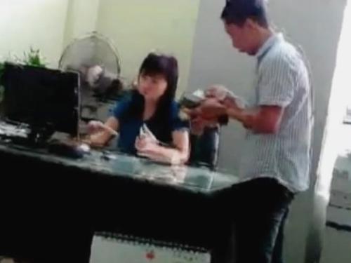 Tạm đình chỉ phó phòng Bộ Công Thương nhận tiền