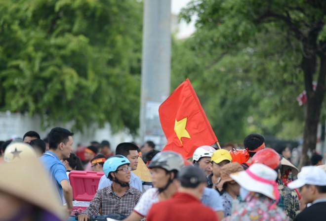 CĐV ồ ạt kéo về sân vận động Mỹ Đình xem trận U19 Việt Nam 11