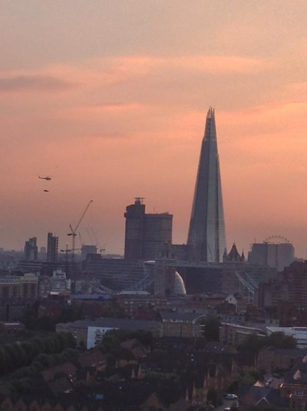 Người dân London sửng sốt khi nhìn thấy ô tô bay lượn trên trời 10