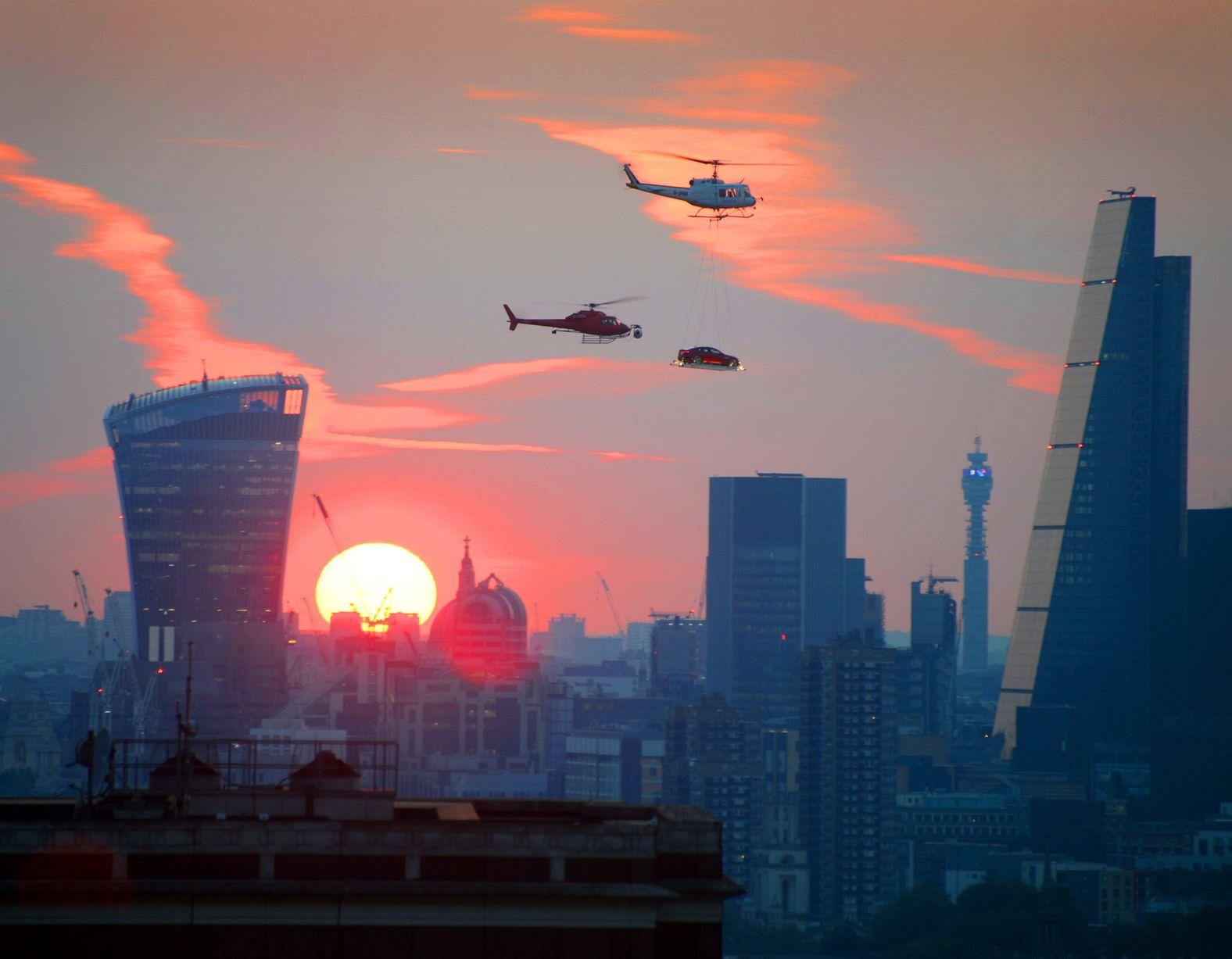 Người dân London sửng sốt khi nhìn thấy ô tô bay lượn trên trời 9