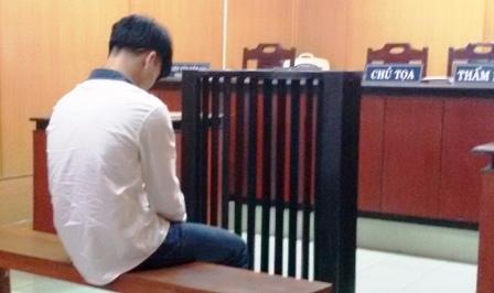 Bế con đến phiên tòa xử người yêu tội 'giao cấu với trẻ em' 5
