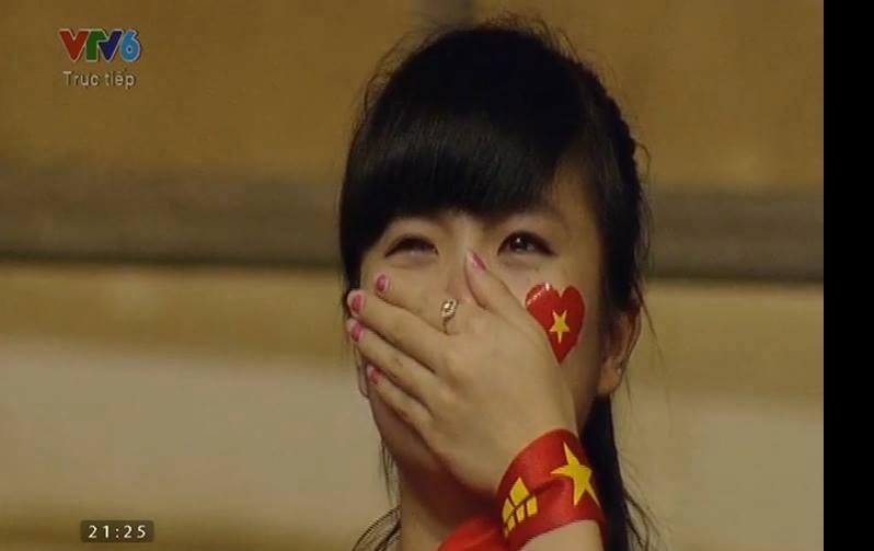 Nữ CĐV U19 Việt Nam khóc nức nở khi cúp vô địch được trao cho Nhật Bản 1