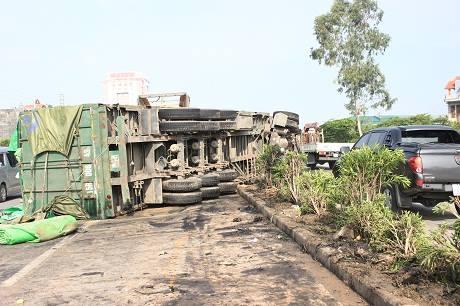 Xe container mất lái lao qua dải phân cách, lật ngửa giữa đường 5