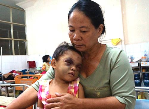 Vụ cháu bé 4 tuổi bị hành hạ: Bà ngoại không biết tên thật của cháu 5