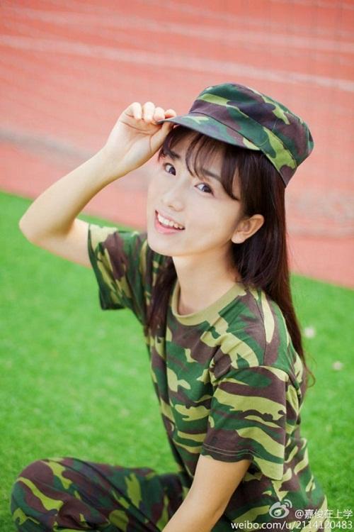 Nữ sinh 9x mặc quân phục gây