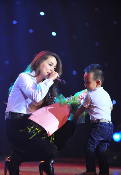 Hồ Ngọc Hà vừa ôm fan nhí vừa nhảy sung trên sân khấu 7