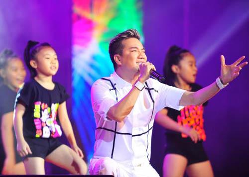 Hồ Ngọc Hà vừa ôm fan nhí vừa nhảy sung trên sân khấu 10