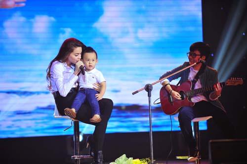 Hồ Ngọc Hà vừa ôm fan nhí vừa nhảy sung trên sân khấu 8