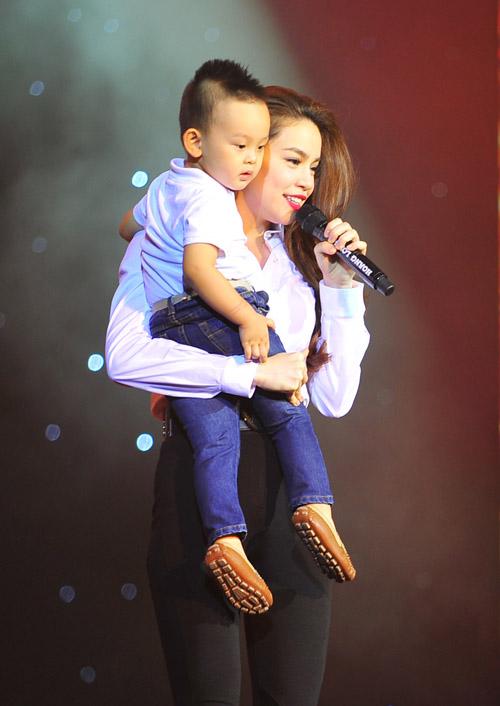 Hồ Ngọc Hà vừa ôm fan nhí vừa nhảy sung trên sân khấu 9