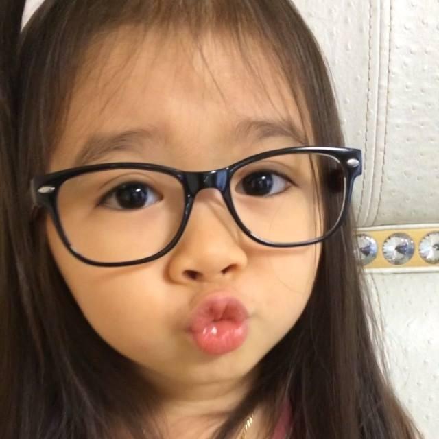 """Bé gái 4 tuổi dễ thương nói 4 thứ tiếng """"đốn tim"""" cư dân mạng 14"""