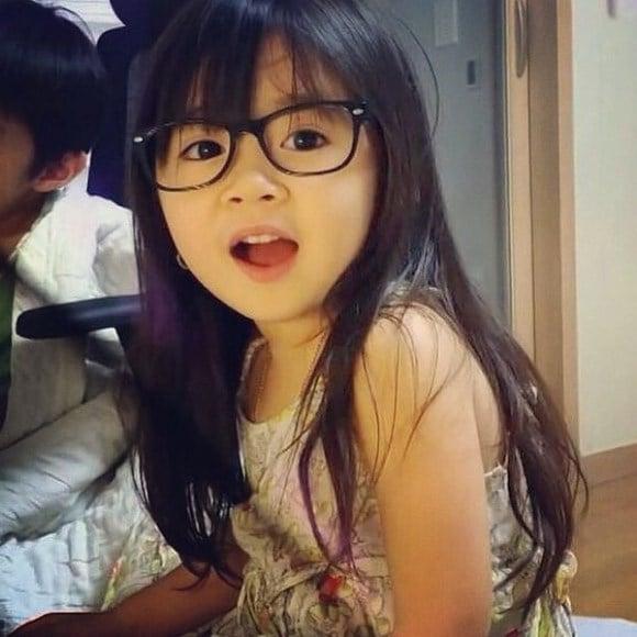 """Bé gái 4 tuổi dễ thương nói 4 thứ tiếng """"đốn tim"""" cư dân mạng 6"""