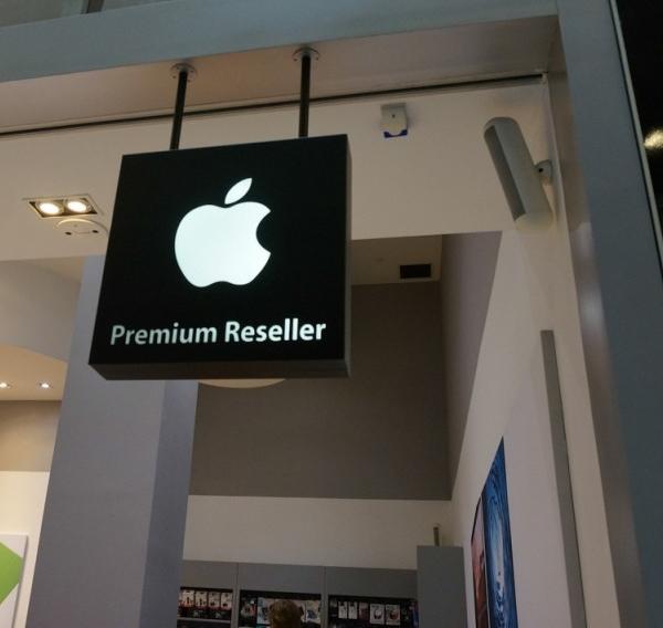 Xếp hàng ở Apple Store Singapore chờ mua iPhone 6 bán ra vào ngày mai 9