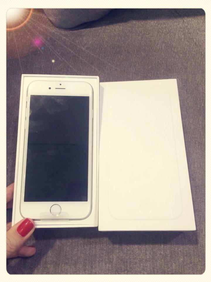 Ngọc Trinh hào hứng khoe iPhone 6 mới tậu trên trang cá nhân 7