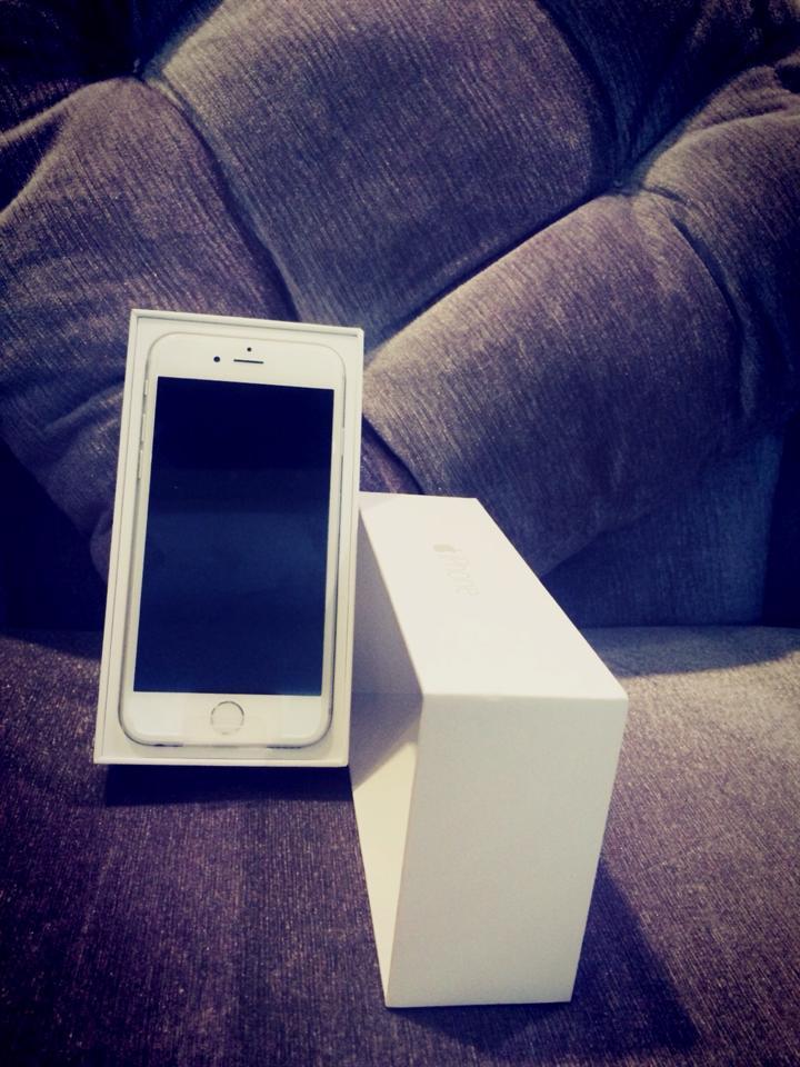 Hình ảnh Ngọc Trinh hào hứng khoe iPhone 6 mới tậu trên trang cá nhân số 3