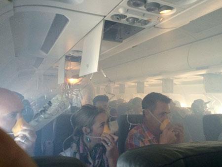 147 hành khách khóc thảm thiết vì máy bay bốc khói giữa biển 4