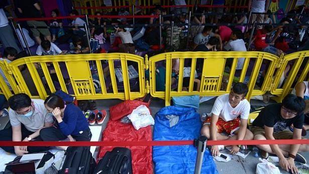 Dòng người xếp hàng chờ mua iPhone 6 ở các nước 17