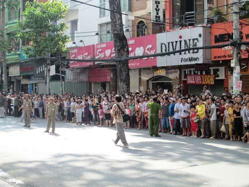 Dòng người tiễn đưa 7 nạn nhân chết cháy ở Sài Gòn 6