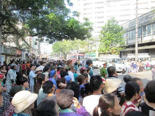 Dòng người tiễn đưa 7 nạn nhân chết cháy ở Sài Gòn 7