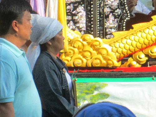 Dòng người tiễn đưa 7 nạn nhân chết cháy ở Sài Gòn 8
