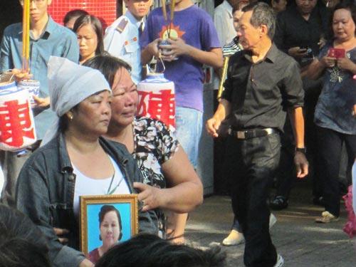 Dòng người tiễn đưa 7 nạn nhân chết cháy ở Sài Gòn 10