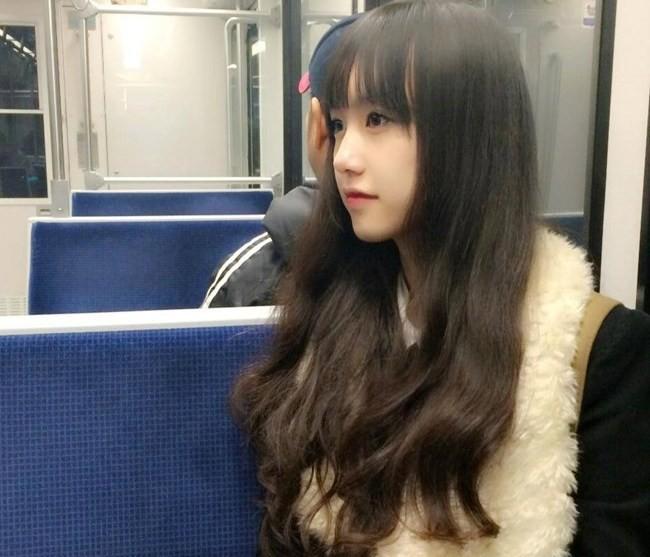 Nữ sinh Việt bị chụp lén trên tàu điện ngầm vì quá xinh đẹp 6