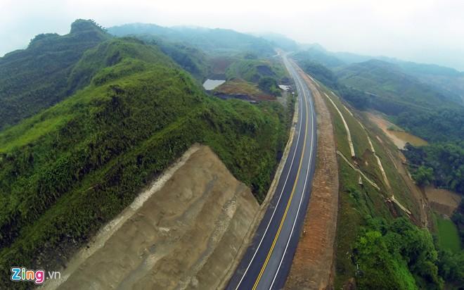 Phong cảnh kỳ vĩ trên tuyến cao tốc dài nhất Việt Nam 8