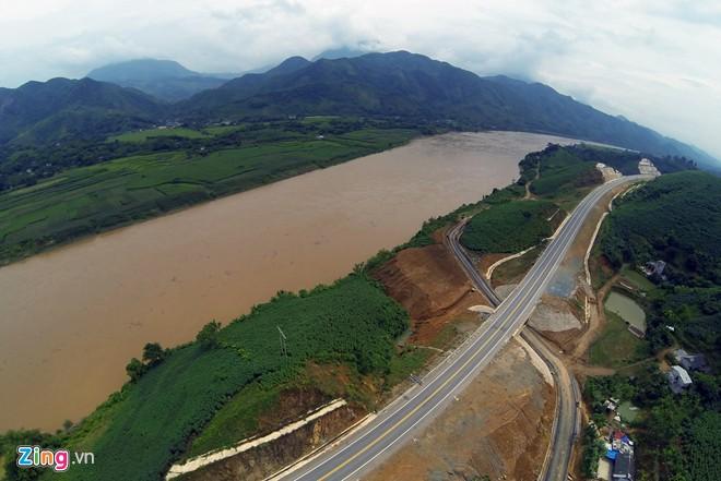 Phong cảnh kỳ vĩ trên tuyến cao tốc dài nhất Việt Nam 16