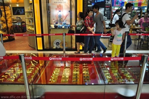 Đại gia Trung Quốc chơi trội dùng vàng thỏi xếp thành đường đi  10